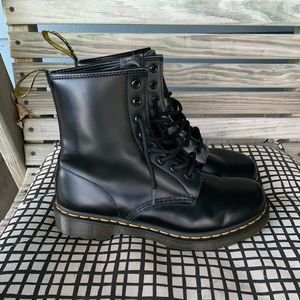 LIKE NEW. Dr.Martens 8 eye boots. SIZE 9!